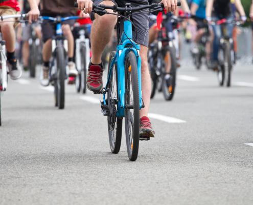 Menschen auf dem Fahrrad bei einer Demonstration
